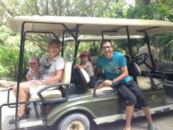 Nos movemos en carro de golf