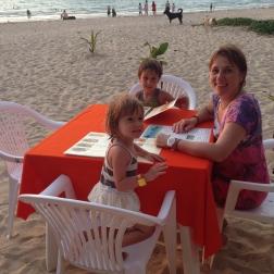 Cenando en la playa de Nai Yang